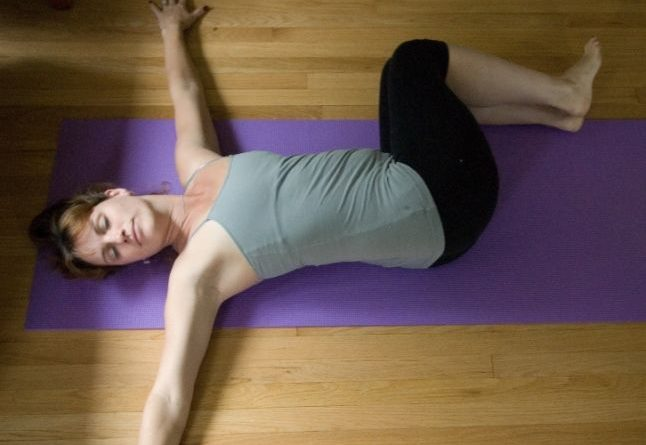 Jathara Parivartanasana : posture du ventre en torsion