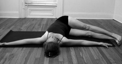 Jathara parivartanasana : posture de torsion du ventre