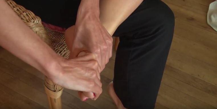 Comment chasser le mal de dos avec la réflexologie plantaire (exercice en vidéo)