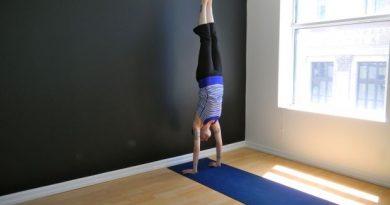 Adho Mukha Vrksasana : posture de l'équilibre sur les mains