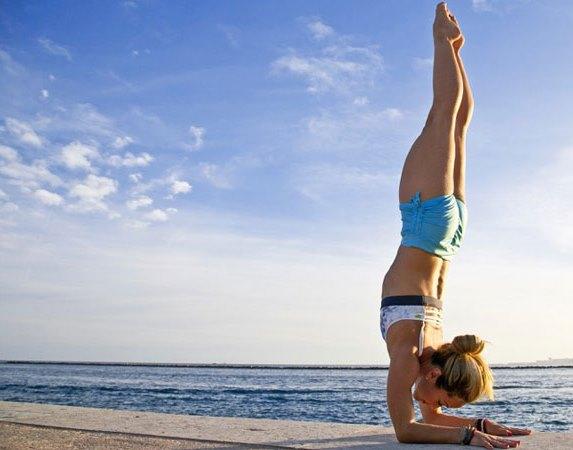 Pincha Mayurasana : posture d'équilibre sur les avant-bras
