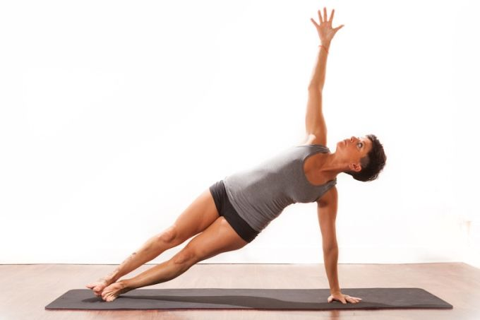 Vasisthasana : posture de la planche sur le côté