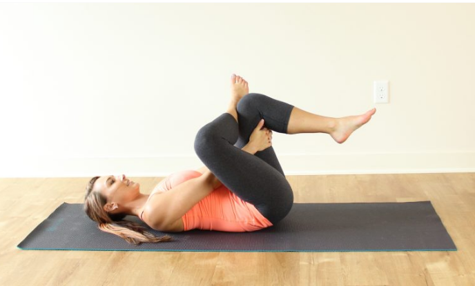 posture yoga sur le dos